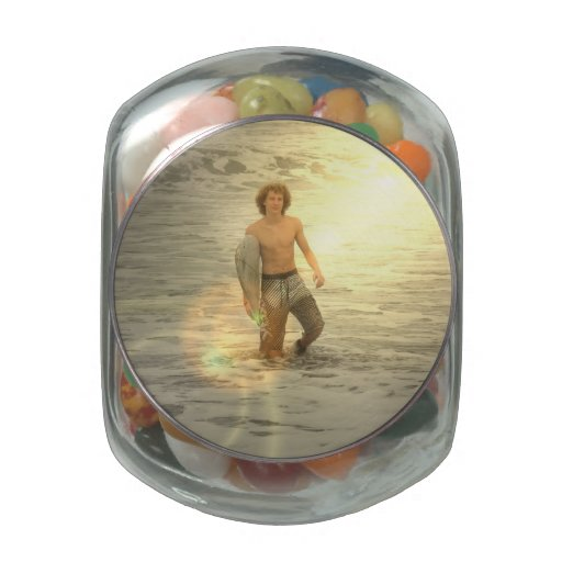 Muchacho de la persona que practica surf frascos de cristal