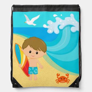 Muchacho de la persona que practica surf mochilas