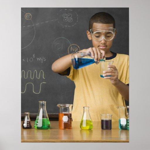 Muchacho de la raza mixta en clase de la ciencia poster