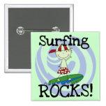 Muchacho de las rocas que practica surf en camiset pins