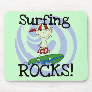 Muchacho de las rocas que practica surf en camiset alfombrillas de ratones
