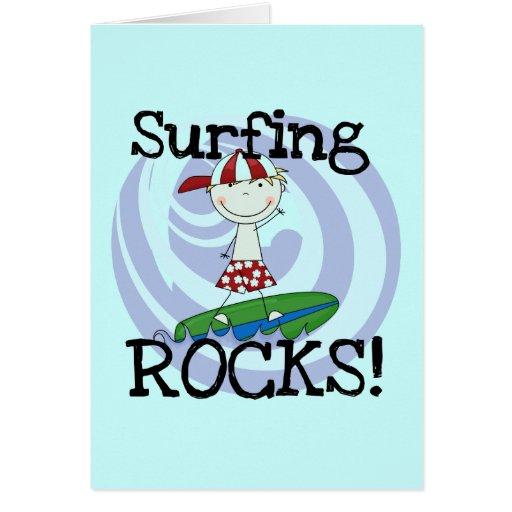 Muchacho de las rocas que practica surf en camiset tarjetón