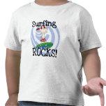 Muchacho de las rocas que practica surf en camisetas