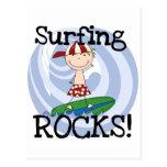 Muchacho de las rocas que practica surf en postal