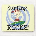 Muchacho de las rocas que practica surf en tapete de ratones