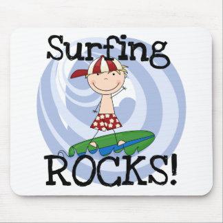 Muchacho de las rocas que practica surf en alfombrilla de ratón