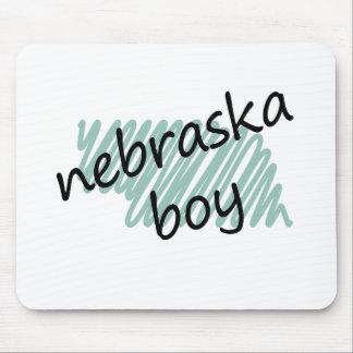 Muchacho de Nebraska en el dibujo del mapa de Nebr Alfombrillas De Ratón