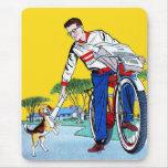 Muchacho de papel y perro del vintage del kitsch tapetes de ratón