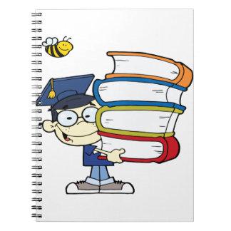 Muchacho del asiático de la graduación libros de apuntes