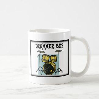 Muchacho del batería de la banda tazas de café