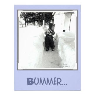 Muchacho del Bummer con la pala de la nieve Comunicado