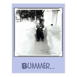 Muchacho del Bummer con la pala de la nieve Postal