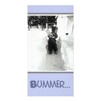 Muchacho del Bummer con la pala de la nieve Tarjeta Fotografica Personalizada