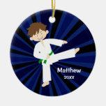 Muchacho del cinturón verde del karate del Taekwon Adorno De Reyes
