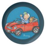Muchacho del coche del juguete y placa rojos perso plato de cena
