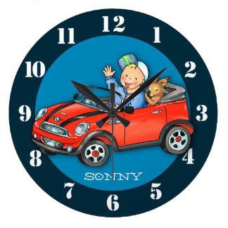 Muchacho del coche del juguete y reloj de pared ro