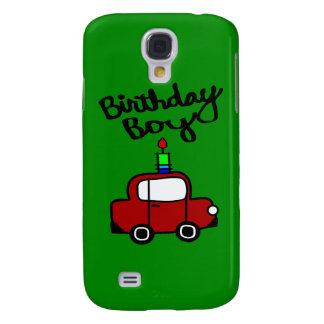 Muchacho del cumpleaños con la vela y el coche roj