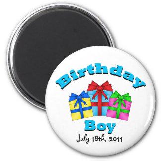 Muchacho del cumpleaños con los presentes imán para frigorifico