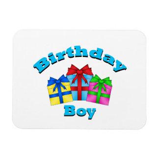 Muchacho del cumpleaños con los presentes iman rectangular