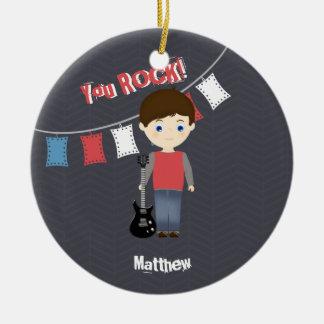 Muchacho del cumpleaños de la estrella del rock adorno navideño redondo de cerámica