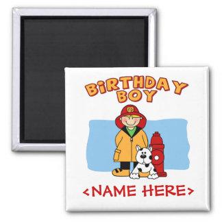 Muchacho del cumpleaños del bombero imán cuadrado