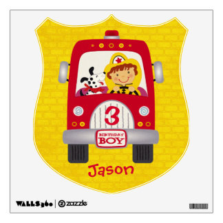 Muchacho del cumpleaños del coche de bomberos