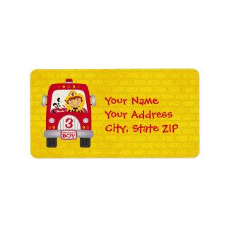 Muchacho del cumpleaños del coche de bomberos etiqueta de dirección