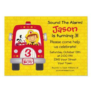 """Muchacho del cumpleaños del coche de bomberos invitación 5"""" x 7"""""""