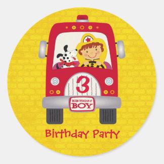 Muchacho del cumpleaños del coche de bomberos etiqueta