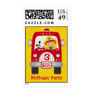 Muchacho del cumpleaños del coche de bomberos sellos