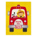 Muchacho del cumpleaños del coche de bomberos tarjeta postal