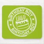 Muchacho del cumpleaños - efecto blanco del sello  alfombrillas de ratón