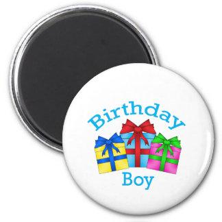 Muchacho del cumpleaños en azul con los presentes imán de frigorífico