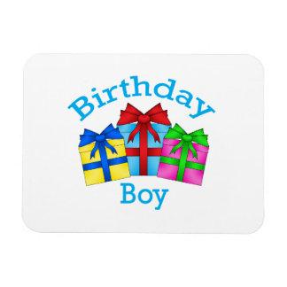 Muchacho del cumpleaños en azul con los presentes imanes flexibles