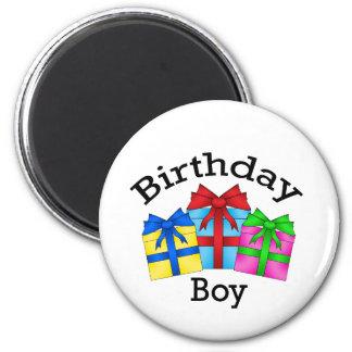 Muchacho del cumpleaños en negro con los presentes imán