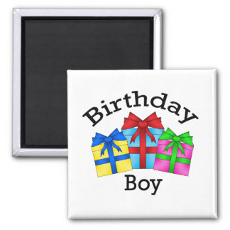 Muchacho del cumpleaños en negro con los presentes imanes