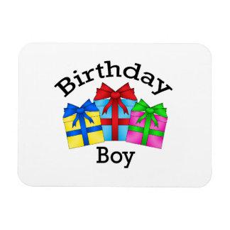 Muchacho del cumpleaños en negro con los presentes imán rectangular