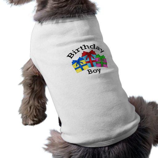 Muchacho del cumpleaños en negro con los presentes ropa de perro