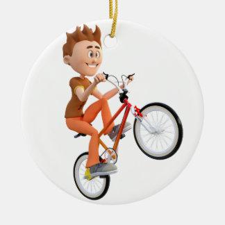 Muchacho del dibujo animado en la bici que hace un adorno navideño redondo de cerámica