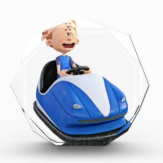 Muchacho del dibujo animado en un coche de