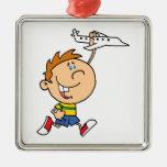 muchacho del dibujo animado que juega con el adorno de navidad