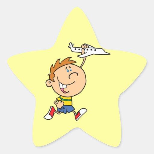 muchacho del dibujo animado que juega con el pegatina en forma de estrella