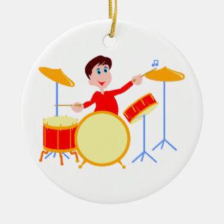 Muchacho del dibujo animado que juega los bordes adorno navideño redondo de cerámica