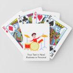 Muchacho del dibujo animado que juega los bordes d baraja cartas de poker