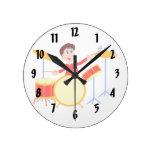 Muchacho del dibujo animado que juega los bordes d reloj