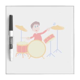 Muchacho del dibujo animado que juega los bordes d tableros blancos