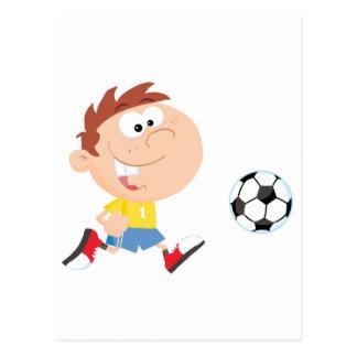 Muchacho del fútbol con la bola postal