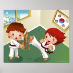 Muchacho del karate que se sostiene de madera con  posters