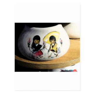 Muchacho del nativo americano y cerámica de Navajo Postales