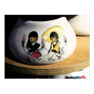 Muchacho del nativo americano y cerámica de Navajo Postal